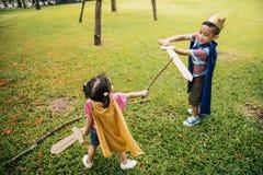 Brodersyster skämtsamma Elementary Childhood Kid Arkivbilder