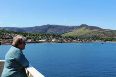 Brodick på ön av Arran från färjan som ankommer Arkivbild