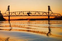 brodraw över flodstålsolnedgång royaltyfri fotografi