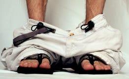 Broek neer op sandals Stock Foto's
