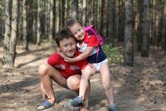 Broer die elkaar huging openlucht, glimlachende, 10 en 4 jaar Royalty-vrije Stock Foto's