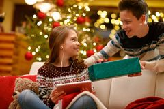 Broer die Kerstmis huidig in doos geven aan zijn zuster royalty-vrije stock fotografie