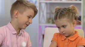 Broer die zich aan jongere zuster, wat betreft haar neus, verzoening verontschuldigen stock video