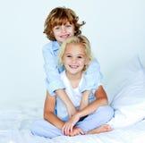 Broer die zijn zuster goede nacht koestert Royalty-vrije Stock Foto's