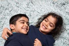 Broer en de zuster die pret de hebben duren samen huis royalty-vrije stock fotografie