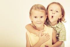 Broer en zuster Stock Afbeeldingen