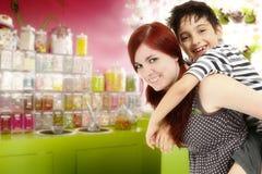 Broer en Zuster bij de Snoepwinkel stock foto's