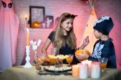 Broer en Zuster bij Halloween-Partij stock foto