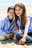 Broer en zuster bij strand Royalty-vrije Stock Foto