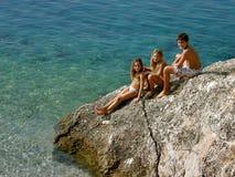 Broer en zuster die in de de zomervakantie genieten van Stock Foto's