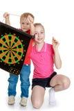 Broer en zuster die een spel van pijltjes spelen Royalty-vrije Stock Foto's