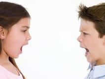 Broer en zuster die elkaar bekijken het schreeuwen Royalty-vrije Stock Foto's