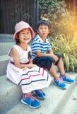 Broer en zuster die gelukkig glimlachen Uitstekende toon stock afbeelding