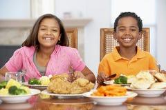 Broer en Zuster die Lunch hebben thuis Royalty-vrije Stock Foto