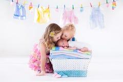 Broer en zuster die pasgeboren baby kussen Stock Foto