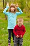 Broer en zuster die pret in de aard hebben Stock Fotografie