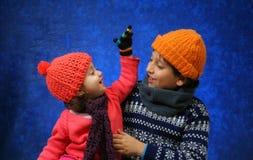 Broer en zuster die pret in de winter hebben Royalty-vrije Stock Afbeelding