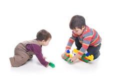 Broer en zuster die samen spelen Stock Afbeelding