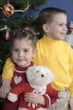 Broer en Zuster door een Kerstboom royalty-vrije stock foto's