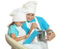 Broer en zuster het koken Stock Foto's
