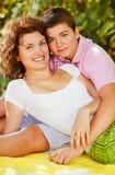 Broer en zuster het ontspannen in aard Royalty-vrije Stock Foto