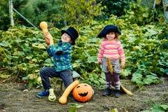 Broer en zuster het spelen op Halloween royalty-vrije stock foto's