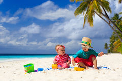 Broer en zuster het spelen op tropisch strand royalty-vrije stock foto