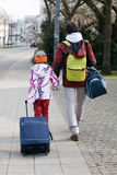 Broer en zuster met koffers Royalty-vrije Stock Afbeeldingen