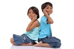 Broer en zuster met mobiel Royalty-vrije Stock Fotografie