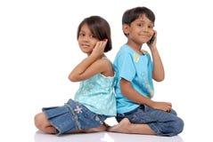 Broer en zuster met mobiel Royalty-vrije Stock Afbeeldingen