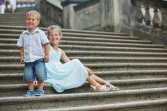 Broer en zuster in openlucht in stad stock fotografie