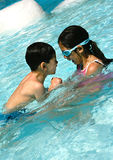 Broer en zuster in pool. Stock Foto's
