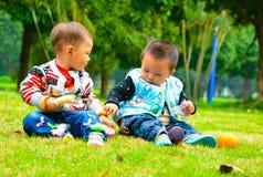 Broer en zusterkinderjarenpartners Stock Fotografie