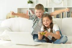 Broer en zusterspelvideospelletjes Royalty-vrije Stock Afbeeldingen
