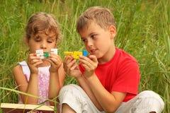 Broer en zusterzitting en spel stock fotografie