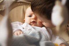 Broer met zijn kleine zuster stock fotografie