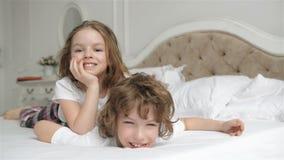 Broer And Sister Relaxing samen in het Bed De leuke Kinderen hebben Pret in de Slaapkamer in de Ochtend stock video