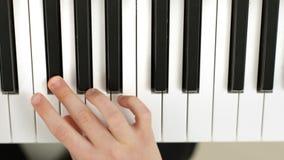 Broers die achter elkaar een Piano Partiture spelen stock videobeelden