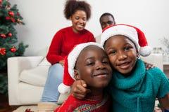 Broers die bij Kerstmis koesteren royalty-vrije stock afbeeldingen