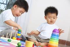 Broers die samen spelen Royalty-vrije Stock Foto