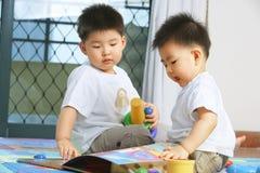 Broers die samen spelen Royalty-vrije Stock Afbeeldingen