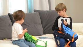 Broers die voor School voorbereidingen treffen stock videobeelden