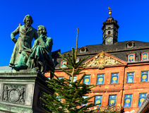 Broers Grimm die neer de Kerstmismarkt bekijken in Hanau, Duitsland royalty-vrije stock foto's