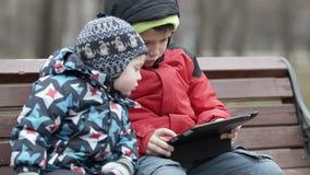 Broers met tabletcomputer stock videobeelden