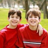 Broers in Rood Stock Afbeeldingen
