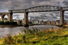 broflod som spänner över viaducten Fotografering för Bildbyråer