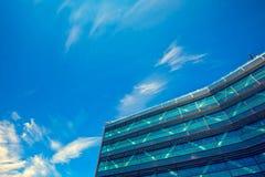 Bürogebäude-nahes hohes Stockbild