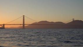 BroGolden Gate på det San Francisco landskapet på solnedgångtid stock video