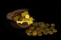 Brogować złocistą monetę w łamanym słoju na czarnym tle, Pieniądze sterta dla biznesowego planowania oszczędzania i inwestycji pr obraz stock