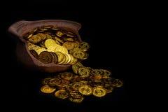 Brogować złocistą monetę w łamanym słoju na czarnym tle, Pieniądze sterta dla biznesowego planowania oszczędzania i inwestycji pr fotografia royalty free